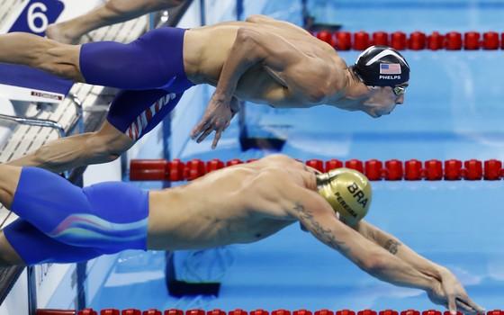 Thiago Pereira e Michael Phelps mergulham para a prova dos 200 metros meddley (Foto: Odd Andersen / AFP)