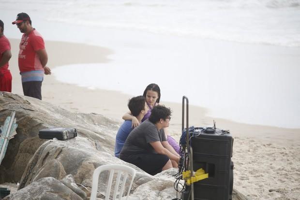 Larissa Manoela e Joao Guilherme na praia do Abrico (Foto: AgNews  / Divulgação)