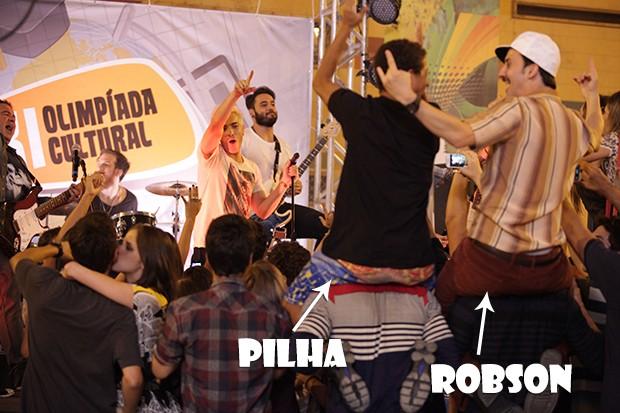 Robson e Pilha se divertem no show do NX Zero (Foto: Malhação / TV Globo)