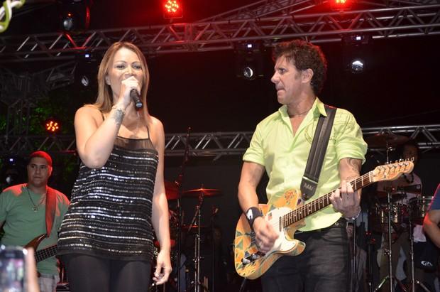 Solange Almeida, do Aviões do Forró, com Tuca Fernandes em show em Salvador, na Bahia (Foto: Fred Pontes/ Divulgação)
