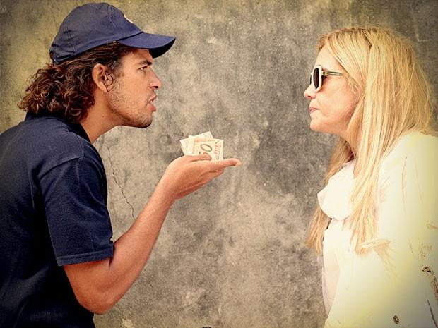Valdo não se confoma por ter arricado seu namoro com Betânia (Foto: Avenida Brasil / TVGlobo)