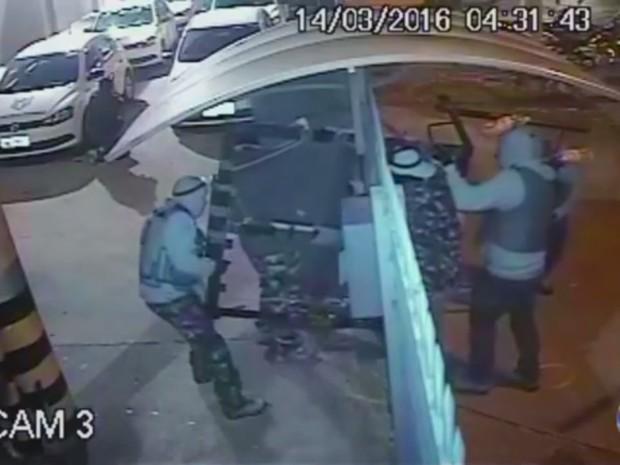 Assalto aconteceu há dois meses durante a madrugada, em Campinas (SP)  (Foto: Reprodução/EPTV)