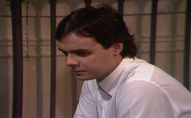 Ricardo fala para Cosme que luta contra o que sente, mas não consegue parar de pensar na tia