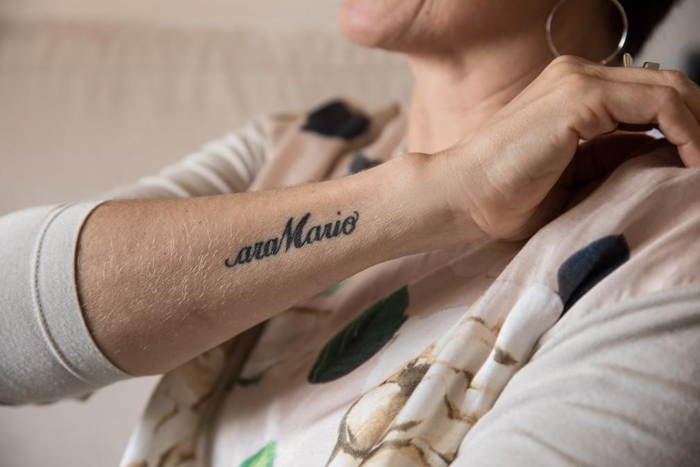 Mara fez uma tatuagem em homenagem ao marido, o ex-jogador Mário Sérgio (Foto: Fábio Tito/G1)