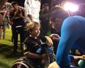 Mascote do ABC ganha luvas do goleiro do São Paulo; veja fotos