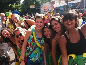 Encontro de gerações do Colégio Santo Inácio no desfile do Suvaco deo Cristo (Foto: Cristina Indio do Brasil/G1)