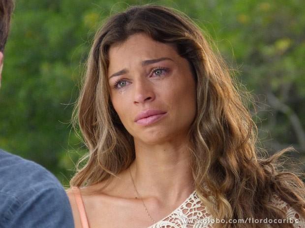 Ester chora por Cassiano insinuar que ela gosta do dinheiro de Alberto (Foto: Flor do Caribe/ TV Globo)