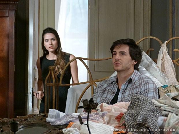 Leila surpreende Thales cercado pelas coisas de Nicole (Foto: Amor à Vida/ TV Globo)