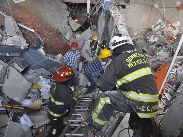 Bombeiros do México trabalham em meio aos escombros após explosão no edifício da empresa Pemex (Foto: AP Photo)