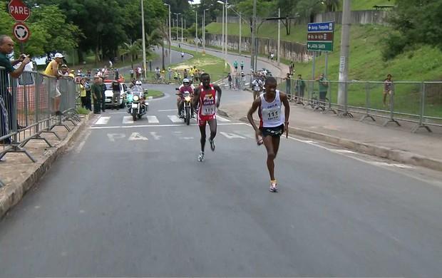 Giovani dos Santos deixa africano para trás (Foto: Reprodução / TV Globo Minas)