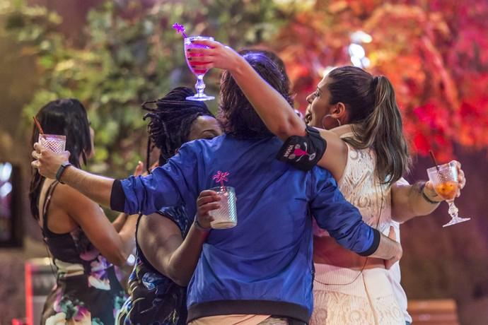 As sisters na companhia de Pedro (Foto: Artur Meninea/Gshow)