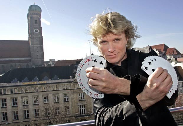 O m&#225;gico holand&#234;s Hans Klok foi multado em 12.205 euros (R$ 31 mil) em novembro de 2011 por um tribunal na Holanda por usar um truque de um rival e tentar mostr&#225;-lo como sendo seu. Klok foi processado por viola&#231;&#227;o de direitos autorais sobre um truque criado pelo m&#225;gico Rafael van Herck, ex-ajudante do pr&#243;prio Klok. (Foto: Diether Endlicher/AP)