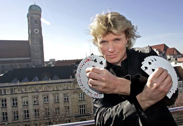 O mágico holandês Hans Klok foi multado em 12.205 euros (R$ 31 mil) em novembro de 2011 por um tribunal na Holanda por usar um truque de um rival e tentar mostrá-lo como sendo seu. Klok foi processado por violação de direitos autorais sobre um truque criado pelo mágico Rafael van Herck, ex-ajudante do próprio Klok. (Foto: Diether Endlicher/AP)