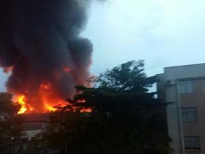 Incêndio em São José começou por volta das 6h30 (Foto: Aline Goulart/RBS TV)