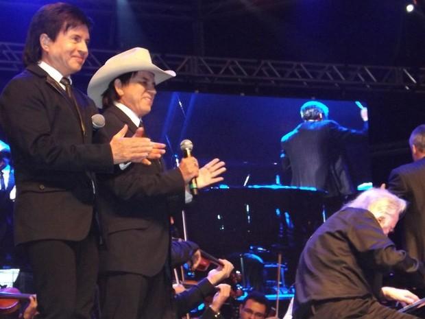 Dupla Chitãozinho e Xororó dividiu o palco com o maestro João Carlos Martins, que também é pianista  (Foto: Alan Schneider/G1)