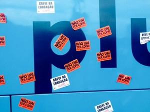 Protesto com adesivos no ônibus da Seleção (Foto:  Marcelo Baltar/Globoesporte.com)