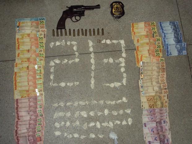Quase 100 petecas de cocaína estavam em posse do guarda municipal de Juazeiro-BA (Foto: Divulgação/ Polícia Civil)