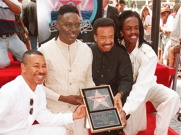Maurice White (de preto) junto com músicos do Earth, Wind & Fire ao lado de estrela da Calçada da Fama de Hollywood em nome da banda (Foto: AP Photo/Kevork Djansezian)