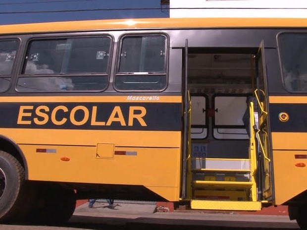 O veículo foi entregue na presença de pais e professores da rede estadual de educação  (Foto: TV Cacoal/Reprodução)