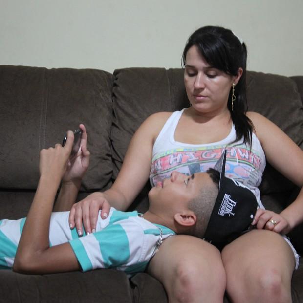 Tatiane e David. Famoso nas redes sociais, o garoto não larga o celular. A mãe, orgulhosa, tenta orientar o filho célebre (Foto: Redação Época)