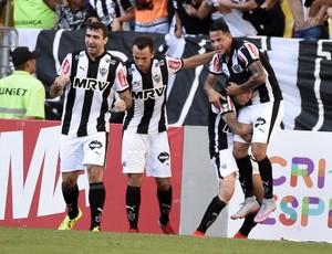 Jogadores do Atlético-MG comemoram gol marcado por Giovanni Augusto (Foto: André Durão / GloboEsporte.com)