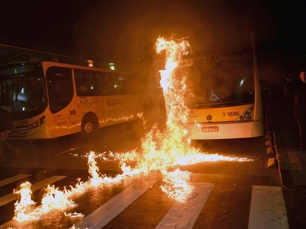 Manifestantes colocaram fogo em ônibus durante protesto em SP (Foto: Nelson Almeida/AFP)