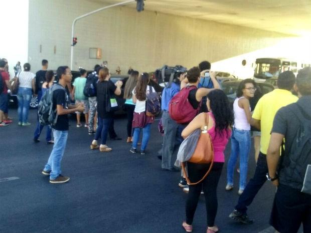 Estudantes bloqueiam Eixo Monumental, em Brasília, em protesto contra falhas no sistema do Passe Livre (Foto: Ingrid Borges/G1)