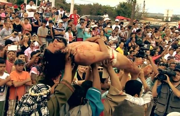 Cerca de 600 pessoas participaram da encenação da Paixão de Cristo em Trindade, Goiás (Foto: Reprodução/TV Anhanguera)