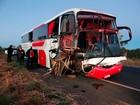 Idoso morre e 4 ficam feridos após ônibus bater em caçamba na BR-020