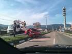 Homem embriagado bate carro em poste em Caraguatatuba