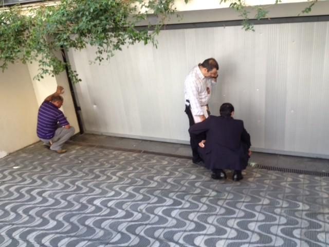 Policiais fazem perícia no portão da garagem do Instituto Lula causado por bomba  (Foto: Kleber Tomaz/G1)