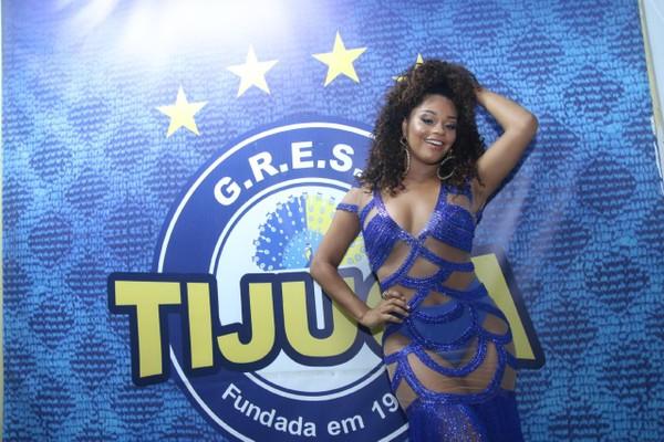 Juliana Alves abusa da transparência e mostra corpão em ensaio no Rio
