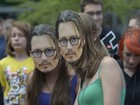 Fãs usam máscara de Johnny Depp em première de novo filme do ator