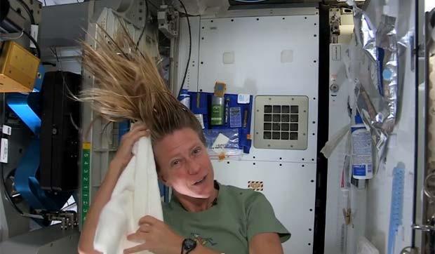 Astronauta Karen Nyberg, de 43 anos, demonstra como manter os cabelos limpos no espaço. (Foto: Reprodução/YouTube/InsideISS)