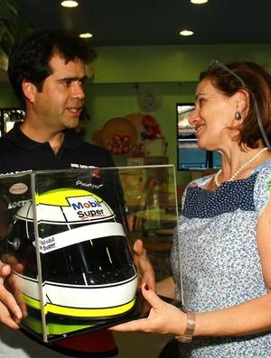 Stock Car - piloto Nonô Figueiredo visita o GRAACC e doa um capacete (Foto: Eduardo Petroni / divulgação)