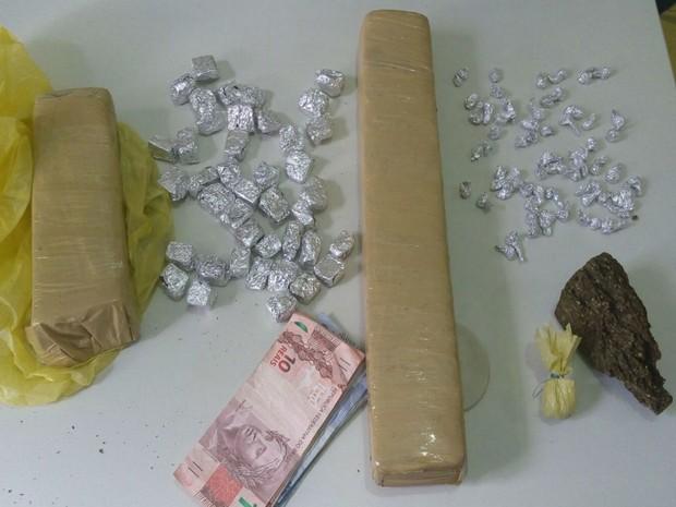 Suspeitos foram flagrados em posse de drogas durante a operação (Foto: Divulgação / Polícia Civil 4ª Coorpin)