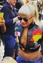 Rita Ora deixa o sutiã em casa durante a semana de moda de Nova York