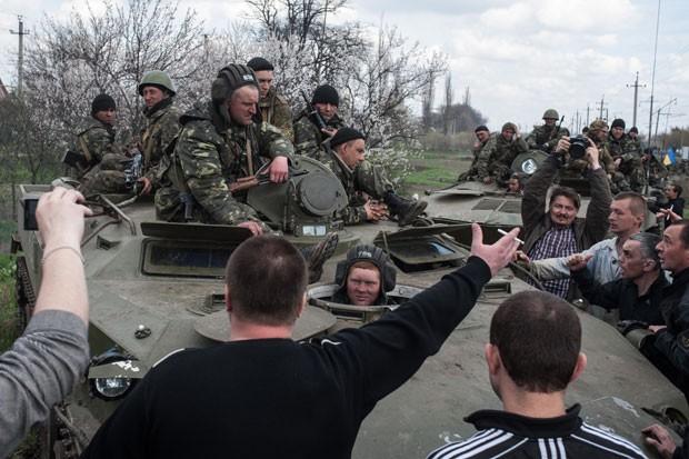 Separatistas Erguem Bandeira Russa Sobre Blindados Ucranianos