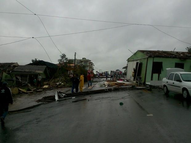 Casa foi parar no meio da rua (Foto: Flávio Carvalho/TudosobreXanxerê)