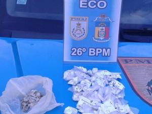 Droga foi apreendida e levada para 105ª DP (Foto: Divulgação/Polícia Militar)