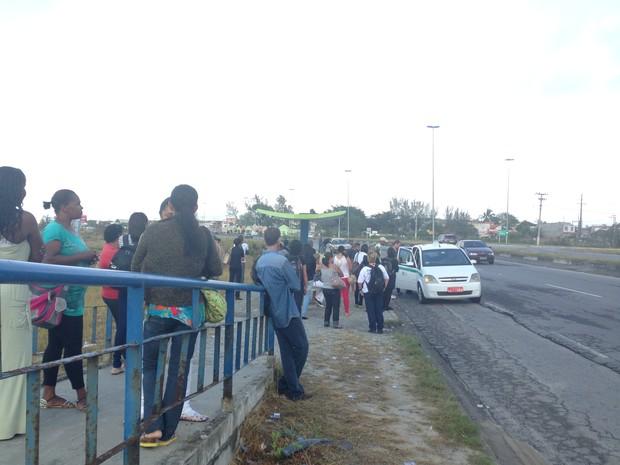 Pontos de ônibus ficaram lotados com a falta de veículos nesta segunda (Foto: Heitor Moreira/G1)