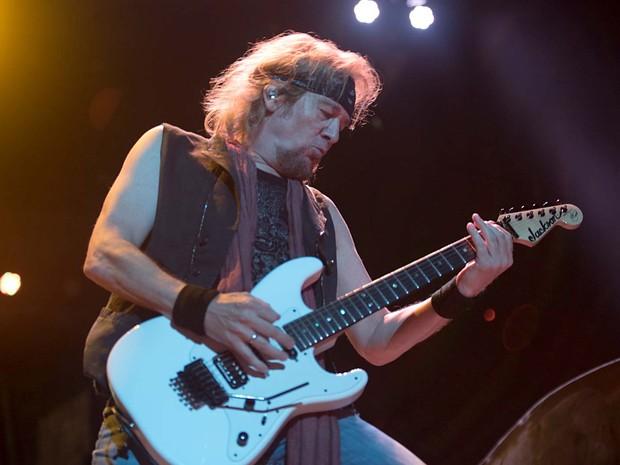 O guitarrista Adrian Smith durante show do Iron Maiden em Brasília (Foto: Alexandre Bastos/G1)