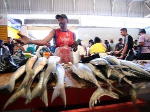 Busca por pescado foi alta nesta Sexta-feira da Paixão (Foto: Jonathan Lins/G1)