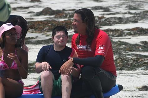 Isaías, de 18 anos, é o personagem central da estreia de 'Terapia pelo surfe' (Foto: Divulgação)