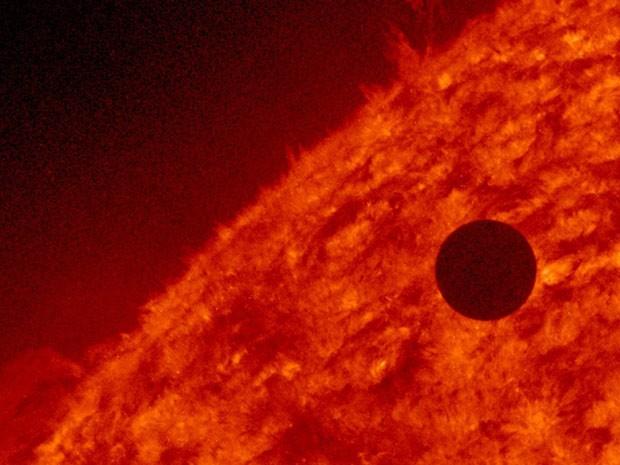 Nasa registra o começo do trânsito de Vênus entre a Terra e o Sol (Foto: Reuters/Nasa)