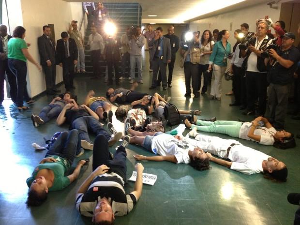 Manifestantes deitam no chão da Câmara em protesto contra a eleição do pastor Feliciano (Foto: Felipe Néri)