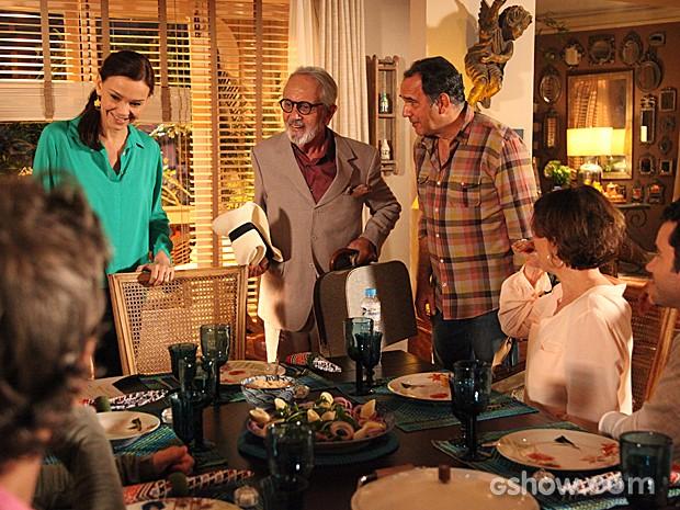 Emocionado, Virgílio apresenta o pai para a família (Foto: Carol Caminha / TV Globo)