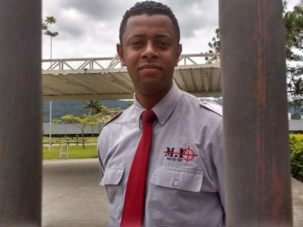 ENEM - DOMINGO (6) - MOGI DAS CRUZES (SP) O segurança Alex Domingos sente dó ao ter que fechar portão e deixar para fora pessoas que se prepararam para o Enem (Foto: Maiara Barbosa/G1)