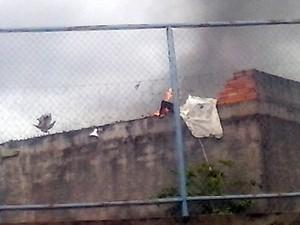 Fogo e fumaça podem ser vistos na Casa de Prisão Provisória de Gurupi (Foto: Rogério Rodrigues/Divulgação)