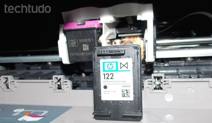 Retirando o cartucho da impressora (Foto: Edivaldo Brito/TechTudo)